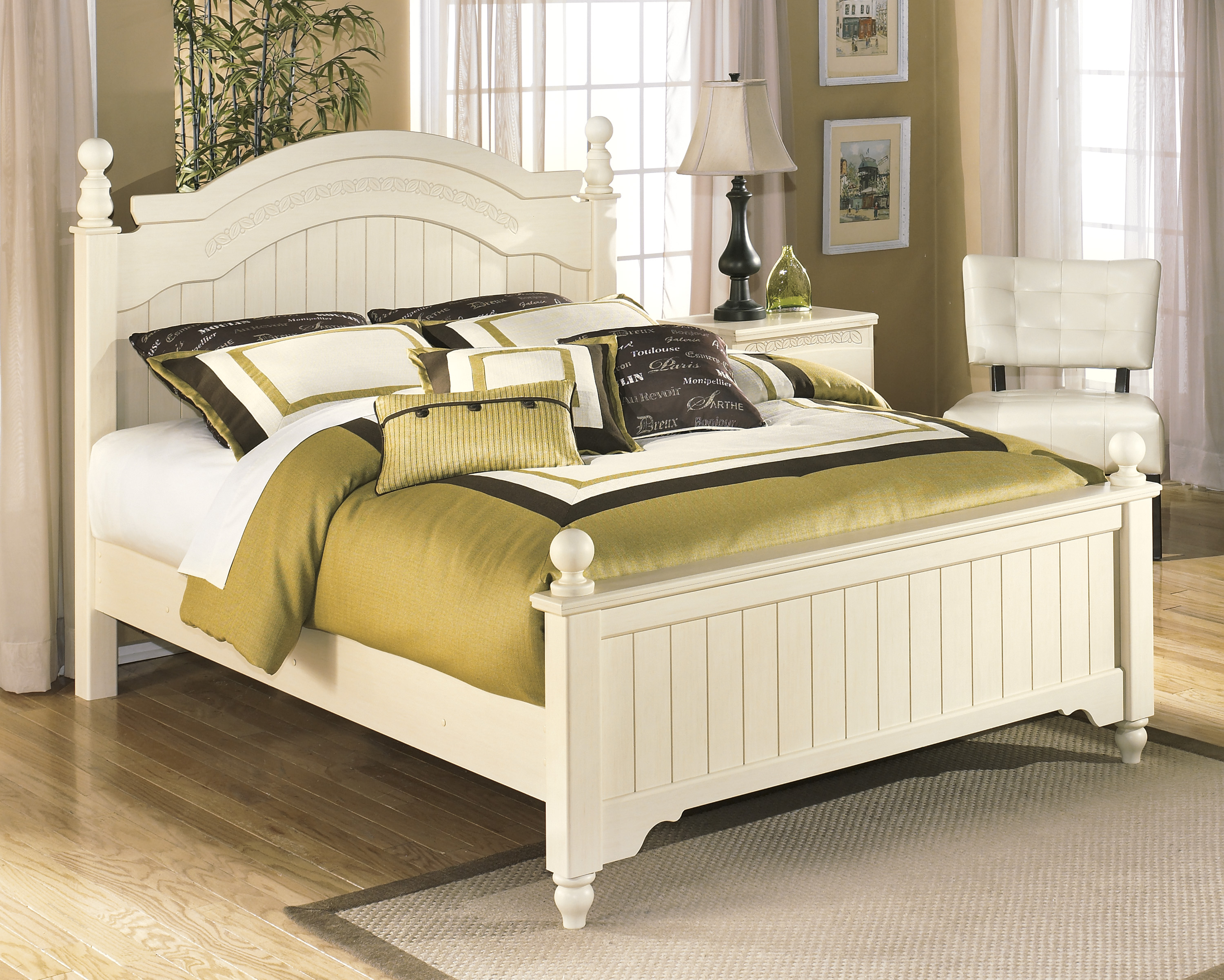 Ashley Cottage Retreat Queen Poster Bed
